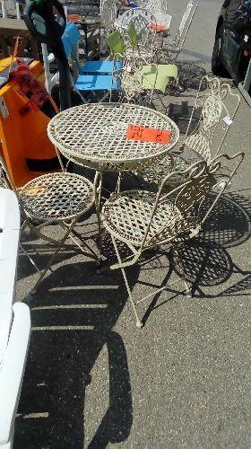 TABLE DE JARDIN RONDE + 4 CHAISES FER FORGE BLANC occasion - Troc ...