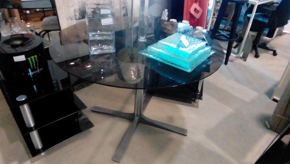 TABLE DESIGN PIED METAL VERRE FUME EN L'ETAT