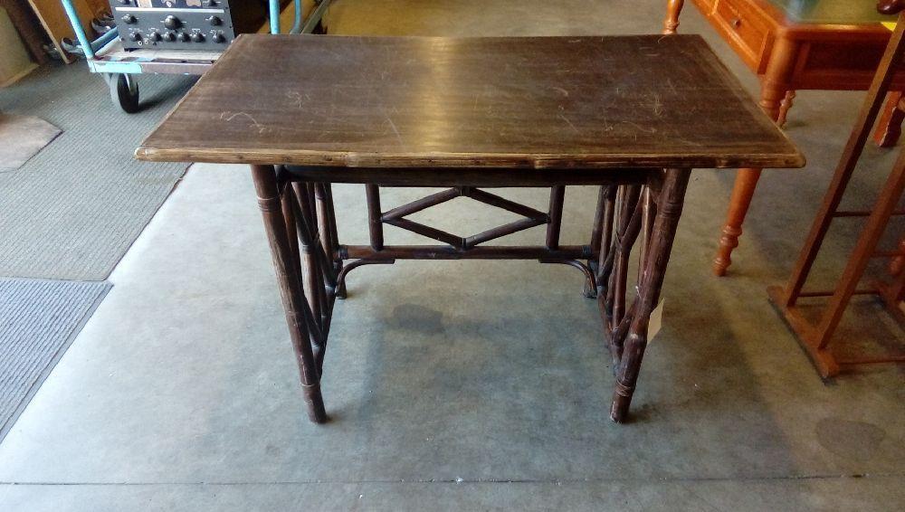 Bureau d enfant ou petite table en rotin années vintage