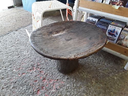 TABLE BASSE AFRICAINE ANCIENNE  60 X66 PIED CENTRAL