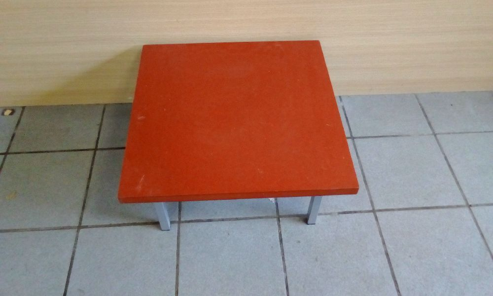 TABLE BASSE CARRE ROUGE
