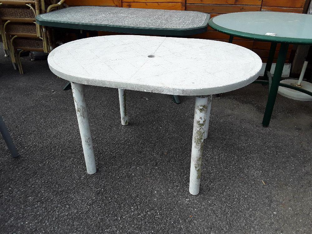 TABLE DE JARDIN OVALE BLANCHE EN L\'ETAT occasion - Troc Annecy
