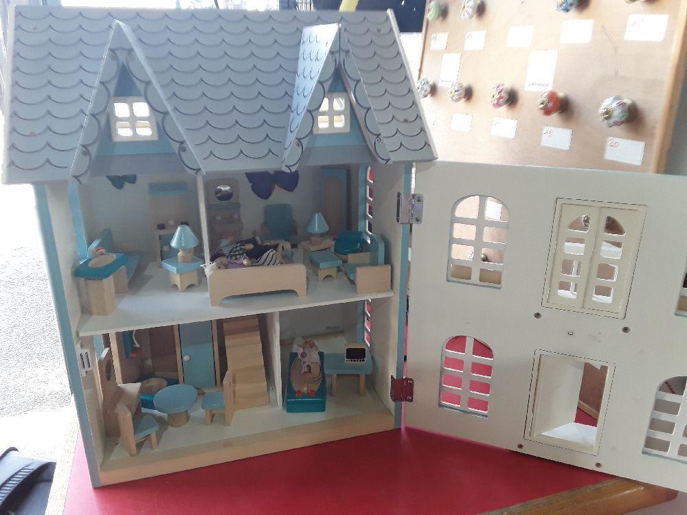 jeu enfant maison gm avec meubles et figurines occasion. Black Bedroom Furniture Sets. Home Design Ideas