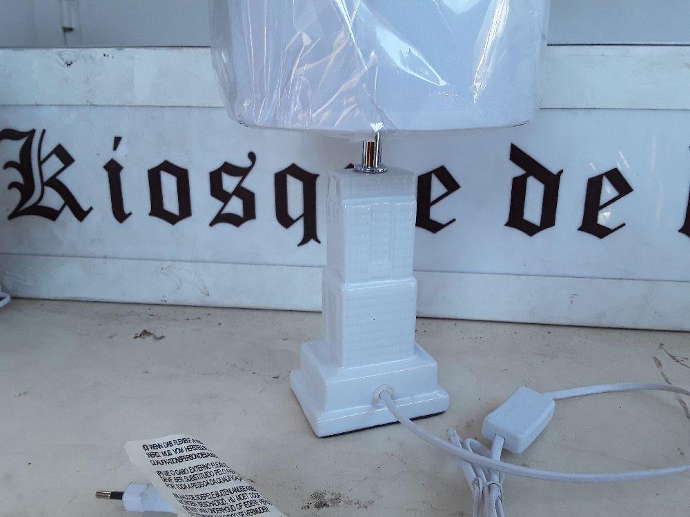 En Façon Lampe ''etat Building Céramique Couleur De Chevet Blanc n0N8wvm