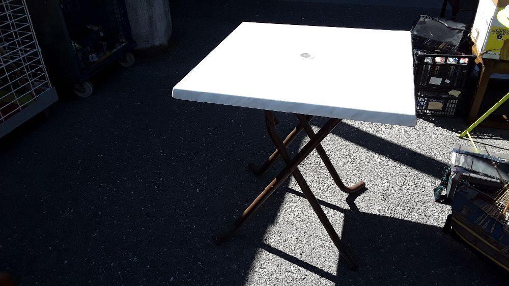 TABLE DE JARDIN CARRÉ PLIANTE PLATEAU FAÇON MARBRE occasion - Troc ...